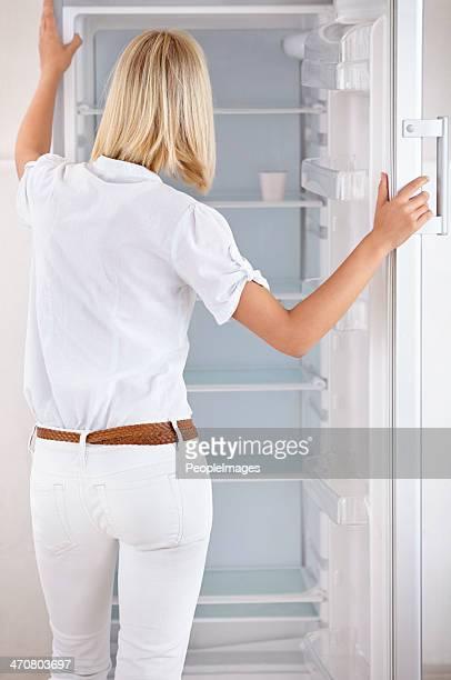 Suchen Sie in ihre leeren Kühlschrank