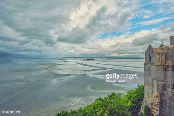 looking out from mont-saint-michel - vinheta - fotografias e filmes do acervo