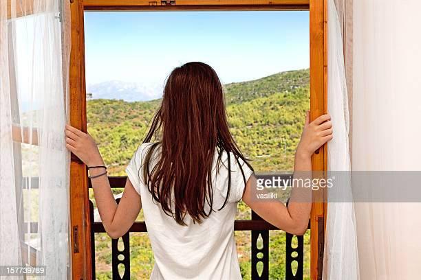 Regardant par la fenêtre