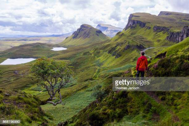 looking over the high cliffs and plateaus at the quiraing, scotland - cresta de montanha - fotografias e filmes do acervo