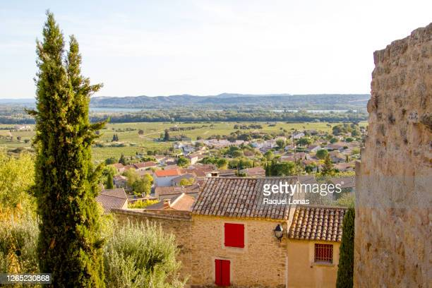 looking over the rhone valley and village of chateauneuf-du-pape. ancient ruins of castle wall on right side - ローヌ県 ストックフォトと画像