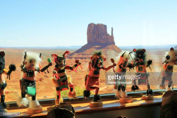 looking through a window into monument valley with indian kachina figures in the foreground - rainer grosskopf stockfoto's en -beelden