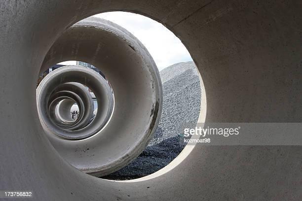 Guardando attraverso cemento gallerie di drenaggio