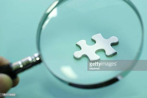 拡大鏡を覗き、パズル