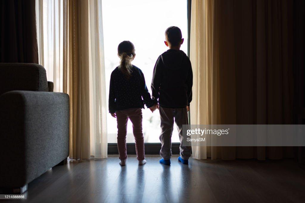 Guardando attraverso la finestra : Foto stock