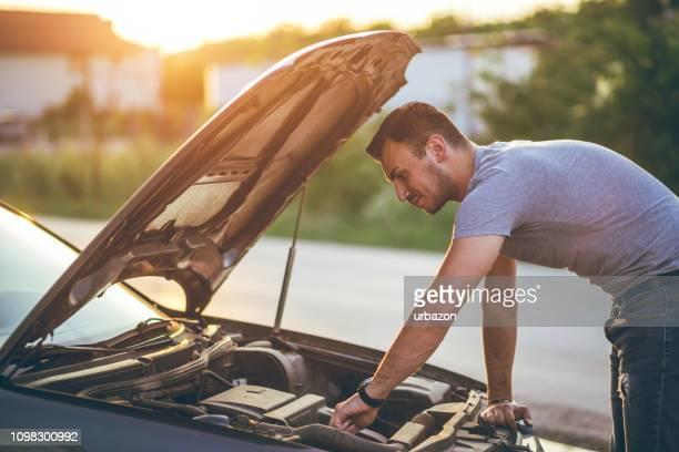 車のボンネットの下を探してください。 - エンジン ストックフォトと画像