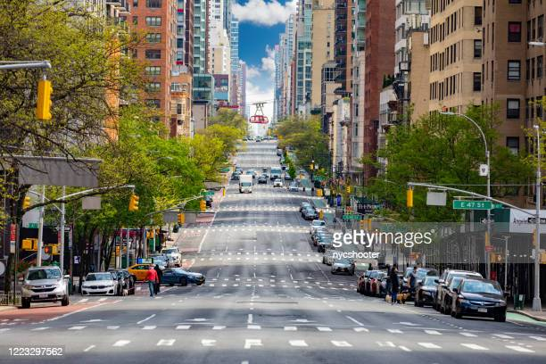 looking up 2nd avenue in mahattan, new york city with very light traffic. - avenue stock pictures, royalty-free photos & images