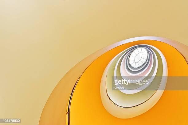 olhando para cima na escada em espiral - forma - fotografias e filmes do acervo