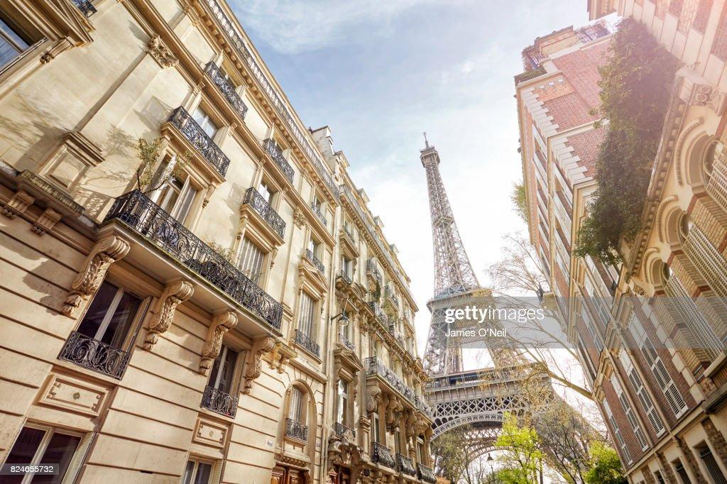 Looking up at The Eiffel Tower through Paris housing, Paris, France : Stockfoto