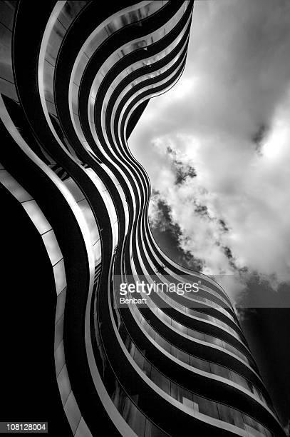 Sehen Sie sich im Wave geformte Apartment-Gebäude, schwarz und weiß