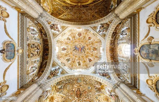 looking up in church of santo domingo de guzmán (chapel of the rosary), oaxaca, mexico - kapel stockfoto's en -beelden