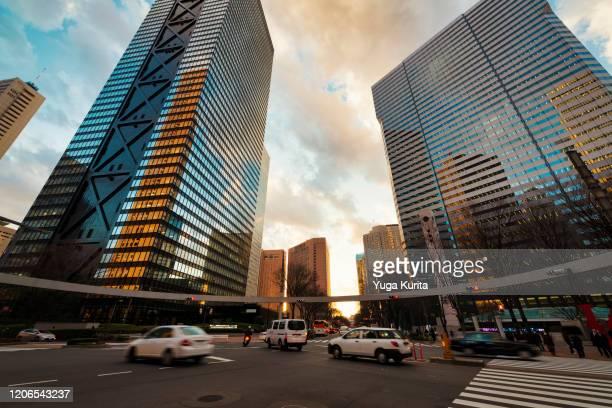 looking up skyscrapers in shinjuku - 新宿区 ストックフォトと画像