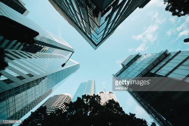 looking-up view from a street cross in city center - brisbane fotografías e imágenes de stock