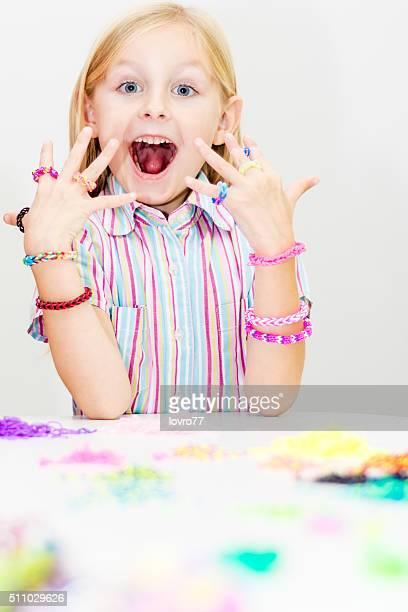 Métier à tisser bracelets et anneaux. concept de mode de jeunes