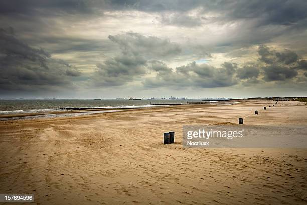 loomy sky over wide angle beach - coastline stock pictures, royalty-free photos & images