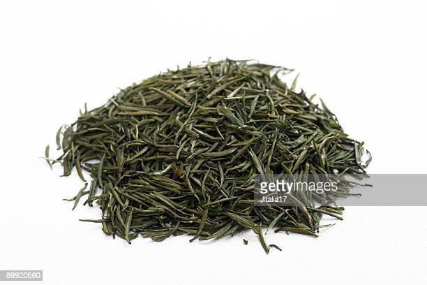 suelto-leaf jasmine té verde sobre fondo blanco - hoja te verde fotografías e imágenes de stock