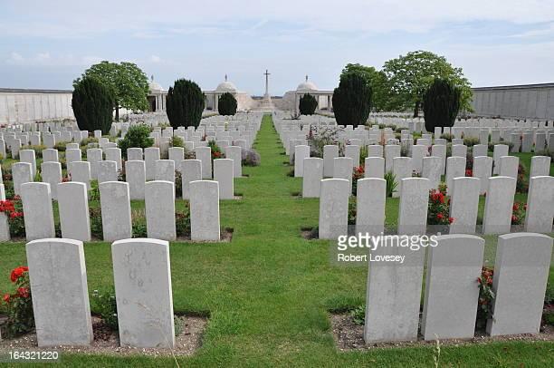 Loos-en-Gohelle is a village 5 kilometres north-west of Lens. Dud Corner Cemetery is located about 1 kilometre west of the village, to the north-east...