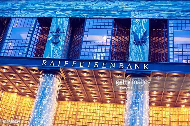 夕暮れ時のライファイゼン銀行の看板を持つルースハウス - オーストリア文化 ストックフォトと画像