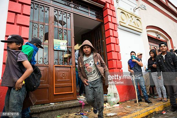 looting an oxxo convenience store in mexico - looting stock photos and pictures