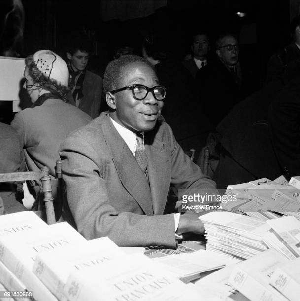 Léopold Sédar Senghor dédicaçant au Salon du livre d'outre-mer à Paris, France en 1951.
