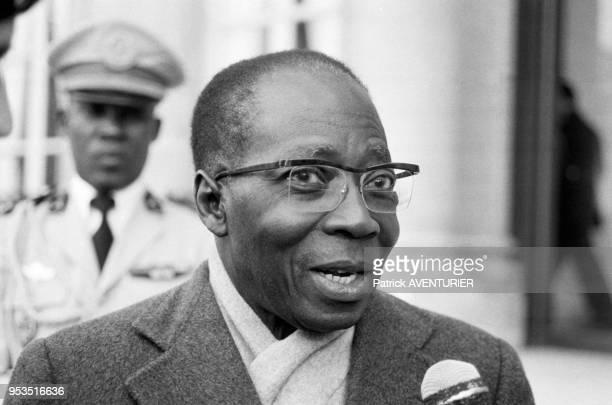 Léopold Sédar Senghor répond aux journalistes à sa sortie du Palais de l'Elysée à Paris le 8 mars 1984, France.