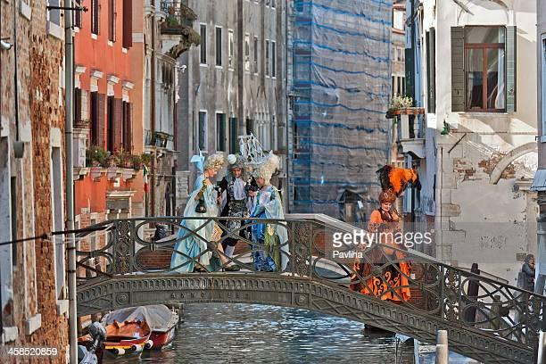 lord et femmes sur le pont 2013 carnaval de venise en italie - carnaval de venise photos et images de collection