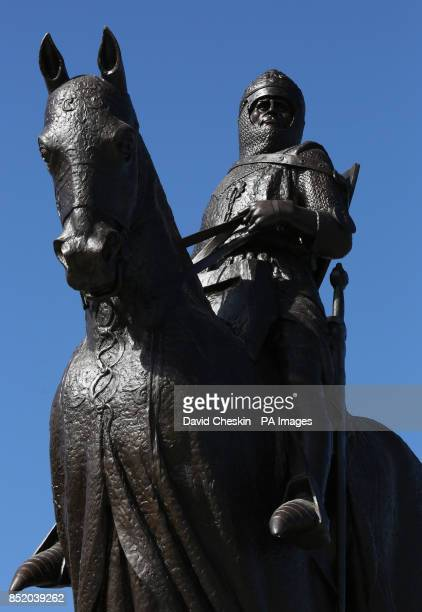 Lord Elgin unveils a restored statue of Robert the Bruce in Bannockburn