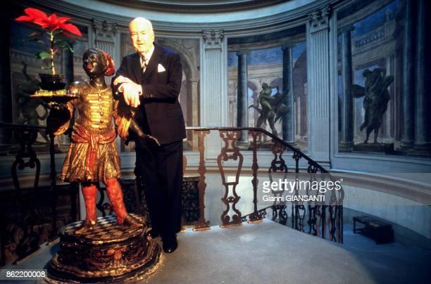 Lord Harold Acton au sommet de l'escalier de sa villa La Petria à Florence en janvier 1988 Italie