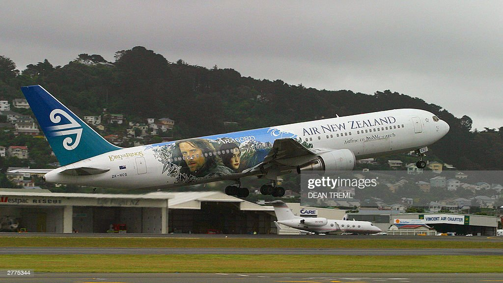 Lord of The Rings stars take-off for Los : News Photo