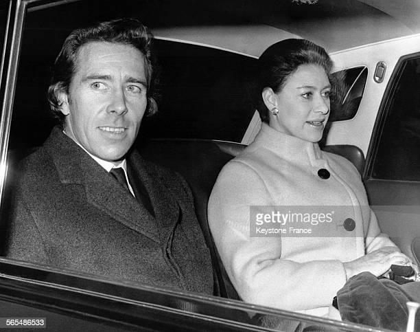 Lord Snowdon et la Princesse Margaret quittent la clinique en voiture après que lord Snowdon y a subi une opération bénigne le 30 décembre 1970 à...