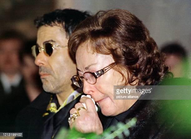 Lore Strack wischt sich neben ihrem Sohn Michael während der Trauerfeier in der StNikolausKirche von Münchsteinach Tränen aus dem Gesicht 2211999...
