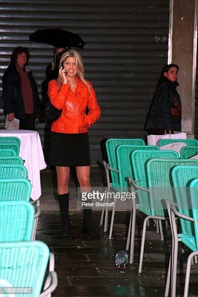 Loredana Lecciso während der Aufnahmen zu der ARD/MDRMusikreihe Zauberhafte Heimat Venedig Handy telefonieren Regen PNr 848/01