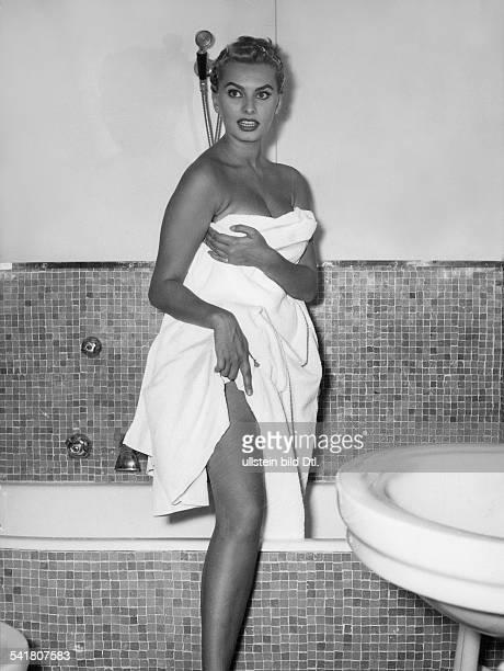 Loren, Sophia *- Schauspielerin, Italien- Ganzkoerperaufnahme, steigt aus Badewanne- September 1955