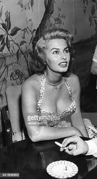 Loren Sophia * Schauspielerin Italien Halbportrait waehrend der Filmfestspiele in Venedig August 1955