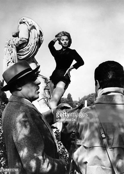 Loren Sophia * Schauspielerin Italien in dem Film 'Wie herrlich eine Frau zu sein' im Vordergrund li Charles BoyerRegie Alessandro Balsetti...