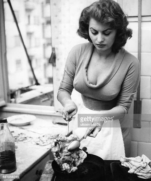 Loren Sophia * Schauspielerin Italien in der Kueche bei der Zubereitung einerMahlzeit 1958