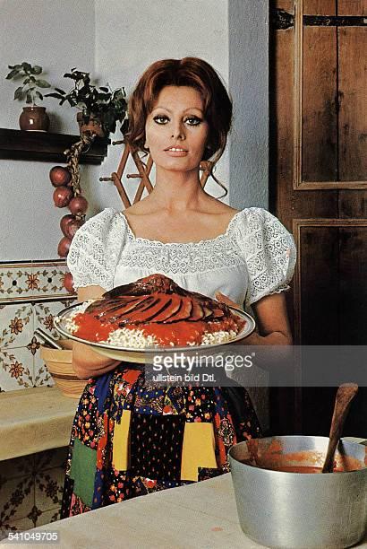 Loren Sophia * Schauspielerin Italien in der Kueche ihres New Yorker Hauses haelt einen Teller mit einem Auberginengericht 1972
