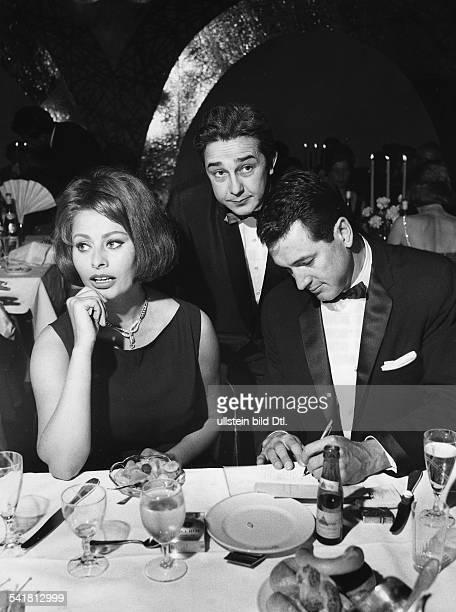 Loren Sophia * Schauspielerin Italien neben Rock Hudson auf dem 'BambiBall' anlaesslich der Verleihung des BambiPreises in Karslruhe im Hintergrund...