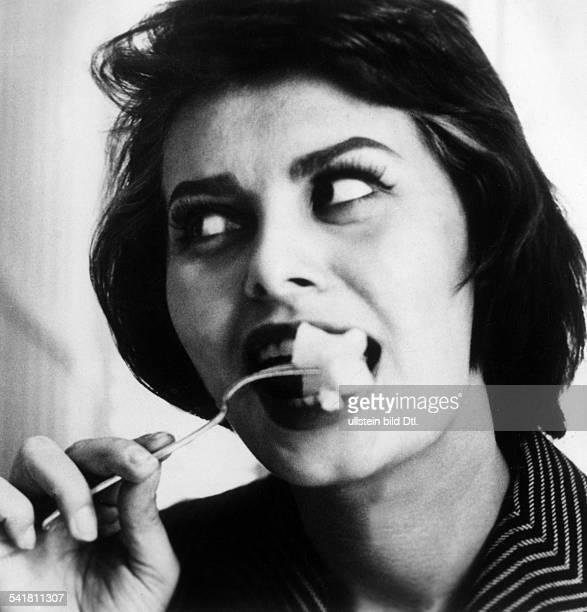 Loren Sophia * Schauspielerin Italien Portrait in Rolle beim Essen Filmtitel unbekannt undatiert