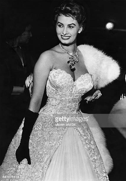 Loren, Sophia *- Schauspielerin, Italien- waehrend der Filmfestspiele in Cannes; traegt eine aufwaendige Halskette und ein schulterfreies Kleid - 1955