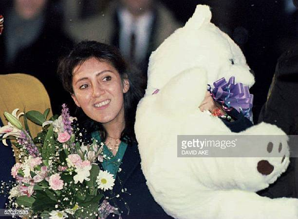 Lorena Bobbitt leaves the Prince William County Courthouse in Manassas VA 20 January 1994 carrying a stuffed bear and flowers after the seventh day...