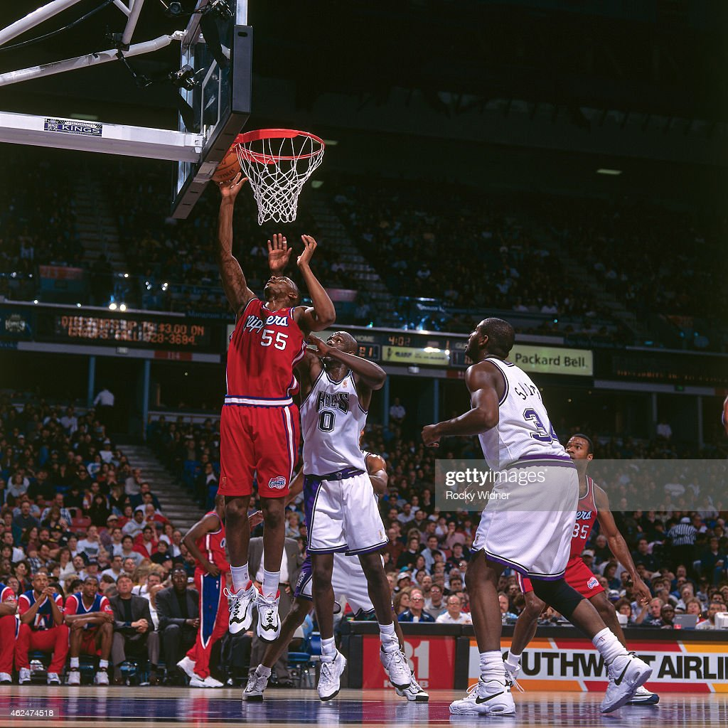 Lorenzen Wright #55 of the Los Angeles Clippers dunks against the Sacramento Kings during a game circa 1997 at Arco Arena in Sacramento, California.