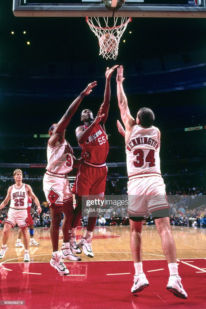 Lorenzen Wright #55 of the Los Angeles Clippers goes to the basket against Bill Wennington #34 of the Chicago Bulls on November 25, 1996 at the Los Angeles Memorial Sports Arena in Los Angeles, California.