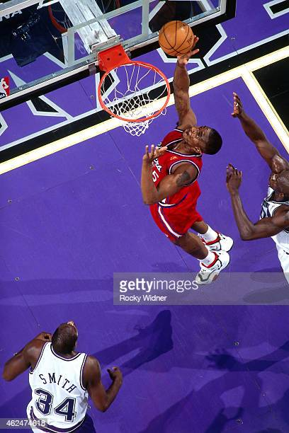 Lorenzen Wright of the Los Angeles Clippers shoots against the Sacramento Kings during a game circa 1997 at Arco Arena in Sacramento California NOTE...