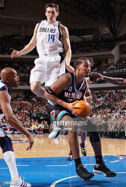 Lorenzen Wright of the Memphis Grizzlies fakes Eduardo Najera of the Dallas Mavericks at the American Airlines Center in Dallas Texas DIGITAL IMAGE...
