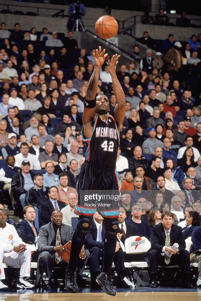 Lorenzen Wright #42 of the Memphis Grizzlies shoots a jump shot against the Golden State Warriors during the game on January 12, 2004 at the Arena in Oakland, California. The Grizzlies won 115-113 in double overtime.