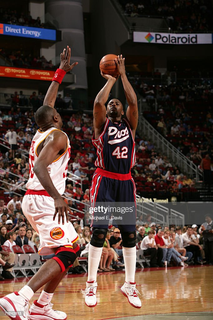 Lorenzen Wright #42 of the Memphis Grizzlies shoots over Dikembe Mutombo #55 of the Houston Rockets during the game on April 15, 2006 at the Toyota Center in Houston, Texas. The Grizzlies won 93-81.