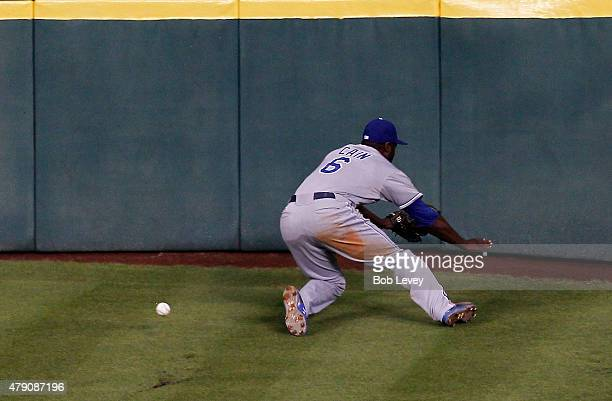 Lorenzo Cain of the Kansas City Royals attempts but can't make a catch on a deep fly ball by Evan Gattis of the Houston Astros in the 4i at Minute...