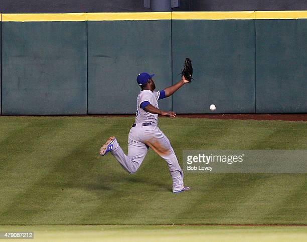 Lorenzo Cain of the Kansas City Royals attempts but can't makea catch on a deep fly ball by Evan Gattis of the Houston Astros in the 4i at Minute...