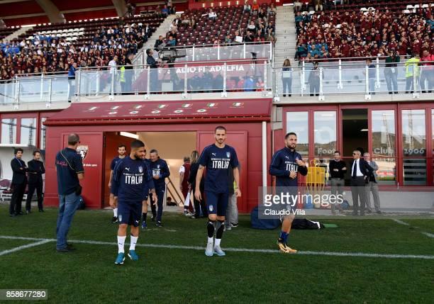 Lorenzo Insigne Leonardo Bonucci and Danilo D'Ambrosio of Italy look on prior to the Italy training session at Filadelfia Stadium on October 7 2017...